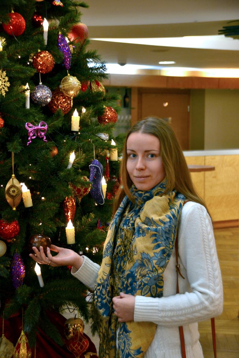 7. Новогодняя ёлка, украшенная свечами и башмачками.